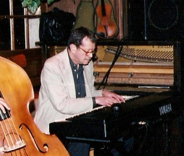 Ben Aronov at Jazmo'z